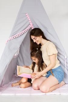 Moeder en dochter die samen lezen