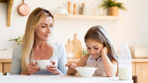 Moeder en dochter die samen ontbijten