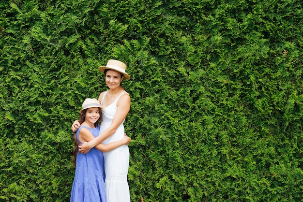 Moeder en dochter die voor struiken koesteren
