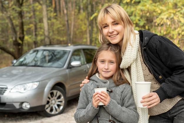Moeder en dochter die witte mokken houden
