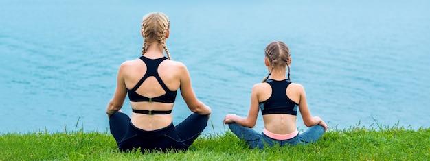 Moeder en dochter doen yoga-oefeningen