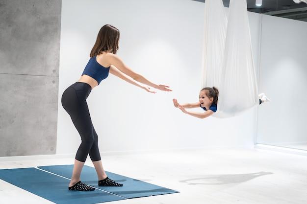 Moeder en dochter doen yoga
