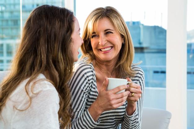 Moeder en dochter drinken thee thuis