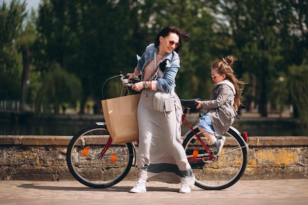 Moeder en dochter fietsen