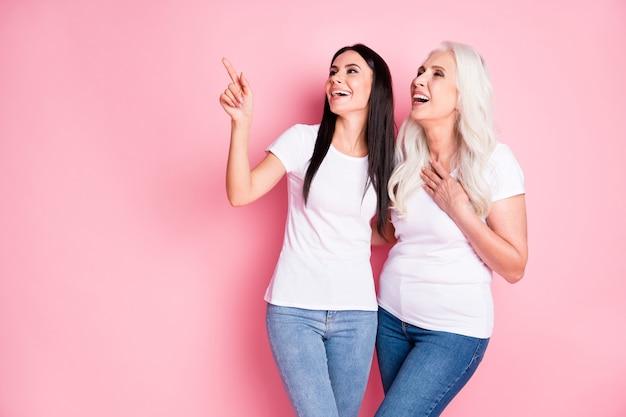 Moeder en dochter geïsoleerd op roze