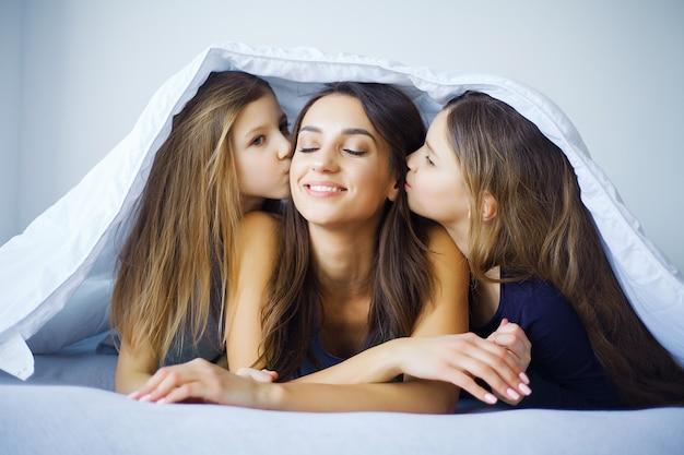 Moeder en dochter genieten thuis in bed