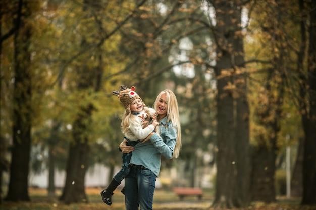 Moeder en dochter genieten van de buitenlucht