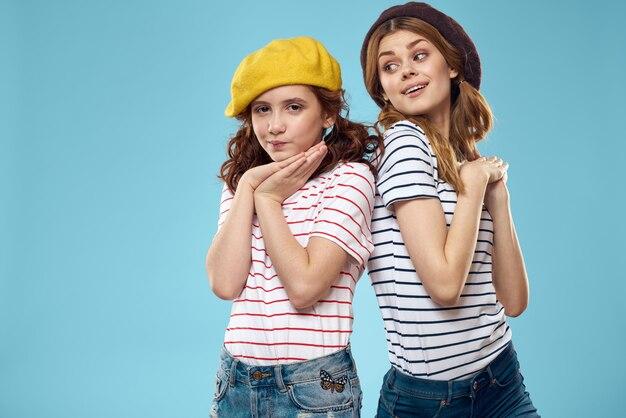Moeder en dochter gestreepte t-shirts knuffels leuke levensstijl blauwe achtergrond. hoge kwaliteit foto