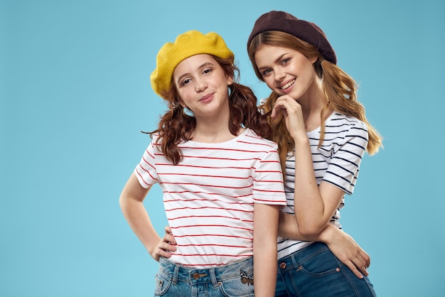 Moeder en dochter gestreepte t-shirts knuffels leuke levensstijl blauwe muur