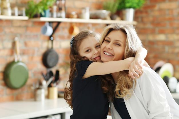Moeder en dochter geven elkaar een strakke knuffel