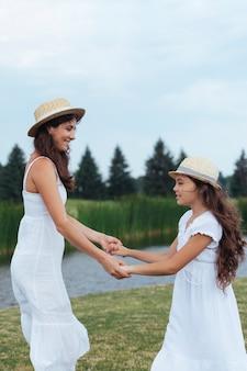 Moeder en dochter hand in hand door het meer