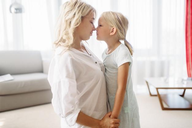 Moeder en dochter hebben een fijne vakantie thuis. oudergevoel, saamhorigheid, gelukkig gezin