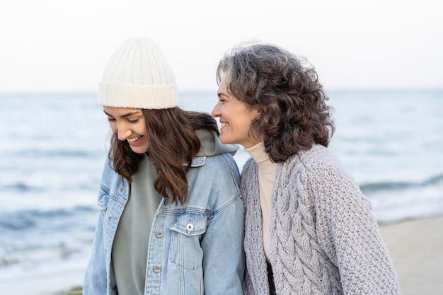 Moeder en dochter hebben een mooie tijd samen op het strand