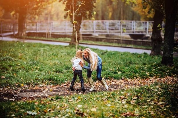 Moeder en dochter hebben plezier in het herfstpark