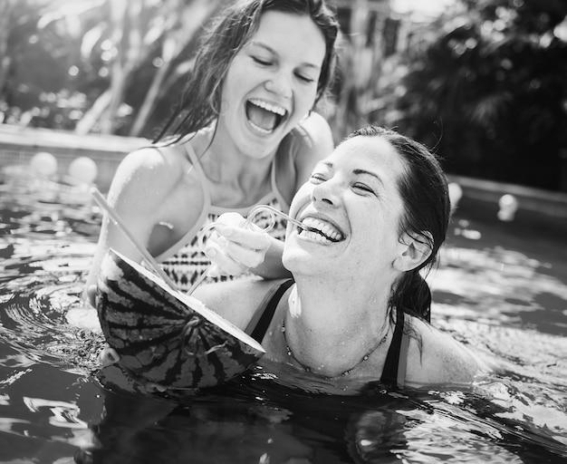 Moeder en dochter hebben plezier in het zwembad