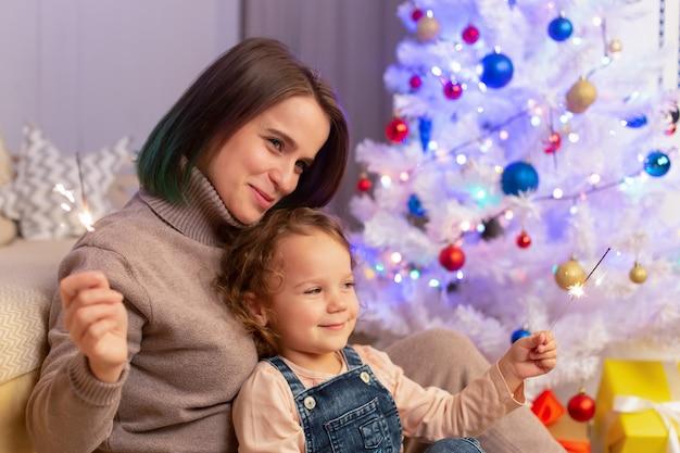 Moeder en dochter hebben plezier met kerstmis