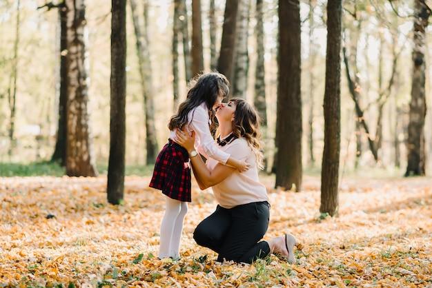 Moeder en dochter herfst in park