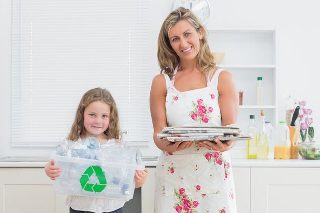Moeder en dochter houden afval