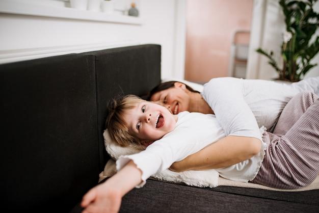 Moeder en dochter in bed te leggen. plezier hebben.