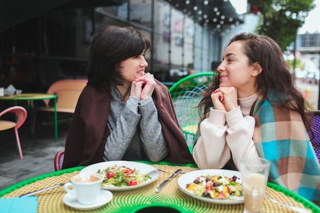 Moeder en dochter in café, hebben een geweldige relatie