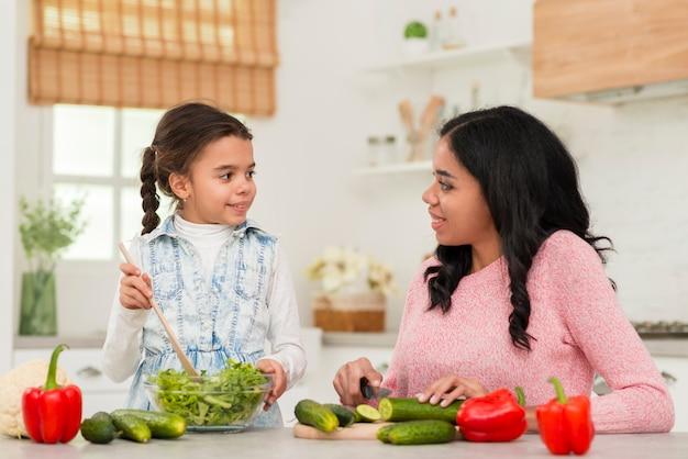 Moeder en dochter in de keuken