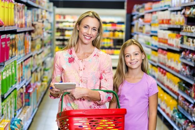 Moeder en dochter in de supermarkt