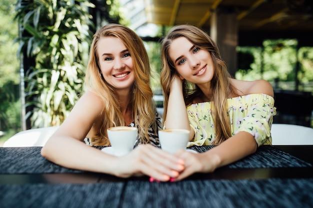 Moeder en dochter in een café