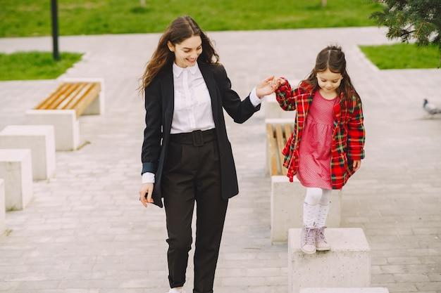 Moeder en dochter in een sprongstad