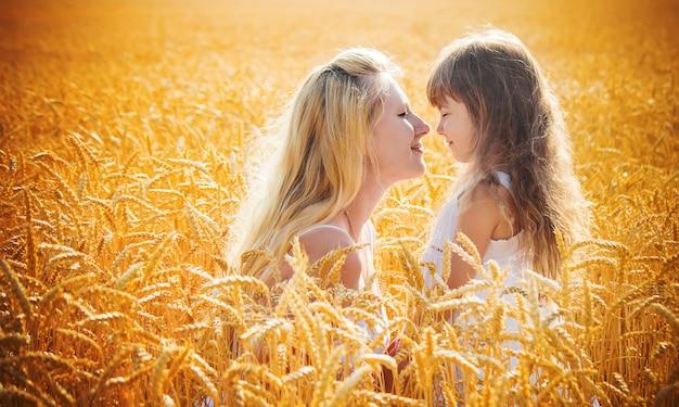 Moeder en dochter in een tarweveld. selectieve aandacht.