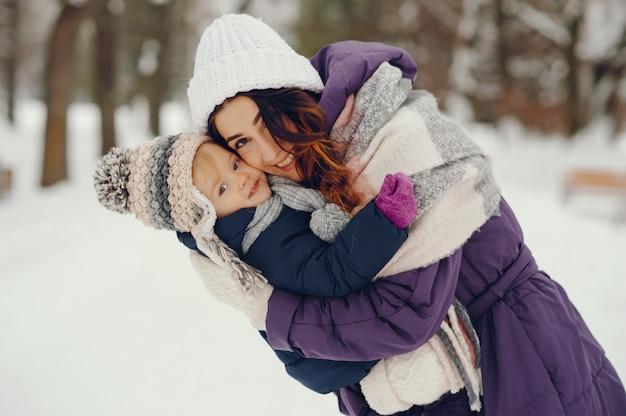 Moeder en dochter in een winter park