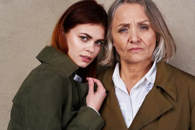 Moeder en dochter in herfstjas mode poseren levensstijl