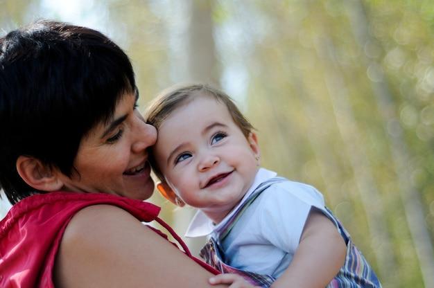 Moeder en dochter in het bos