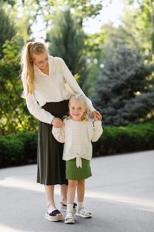 Moeder en dochter in het park op een zomerse wandeling