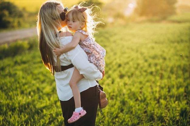 Moeder en dochter in het veld