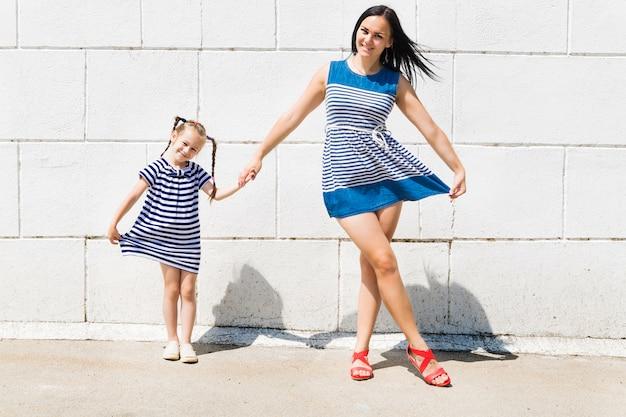 Moeder en dochter in identieke zomerjurken