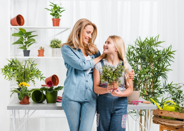 Moeder en dochter in kas