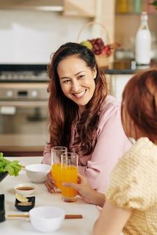 Moeder en dochter in keuken