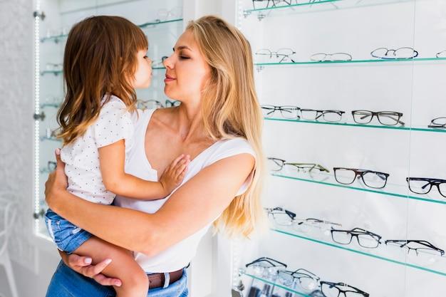 Moeder en dochter in opticienwinkel