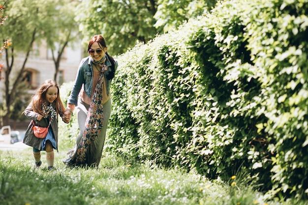 Moeder en dochter in park