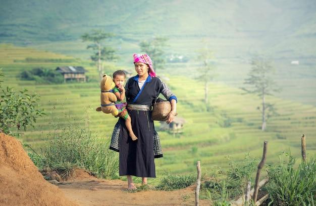 Moeder en dochter in rijstterrassen, tu le lao cai, vietnam