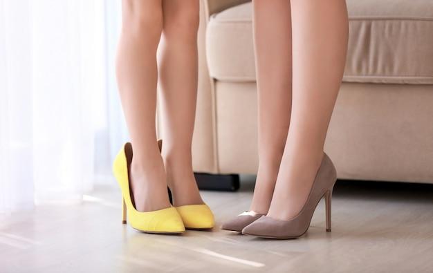 Moeder en dochter in schoenen thuis