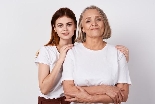 Moeder en dochter in witte tshirts vriendschap samen communicatie