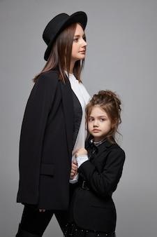 Moeder en dochter in zwarte jassen