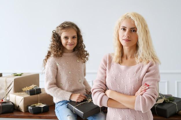 Moeder en dochter inpakken presenteert