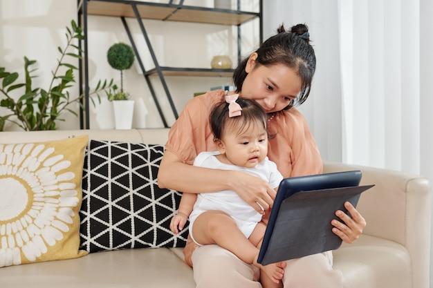 Moeder en dochter kijken naar cartoon