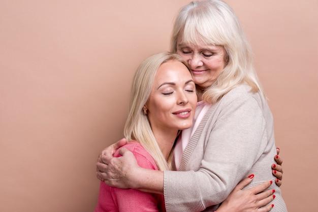 Moeder en dochter knuffelen elkaar