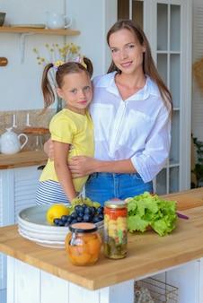 Moeder en dochter koken samen gezond eten in de keuken gezond eten en lifestyle concept