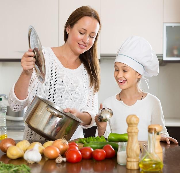 Moeder en dochter koken samen