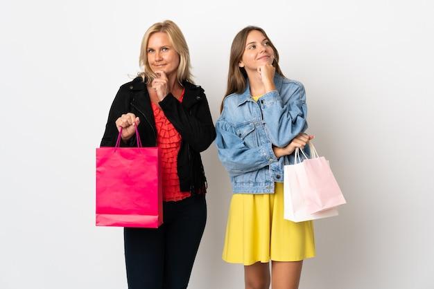 Moeder en dochter kopen wat kleren