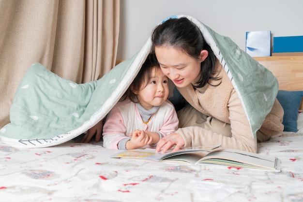 Moeder en dochter lezen in bed